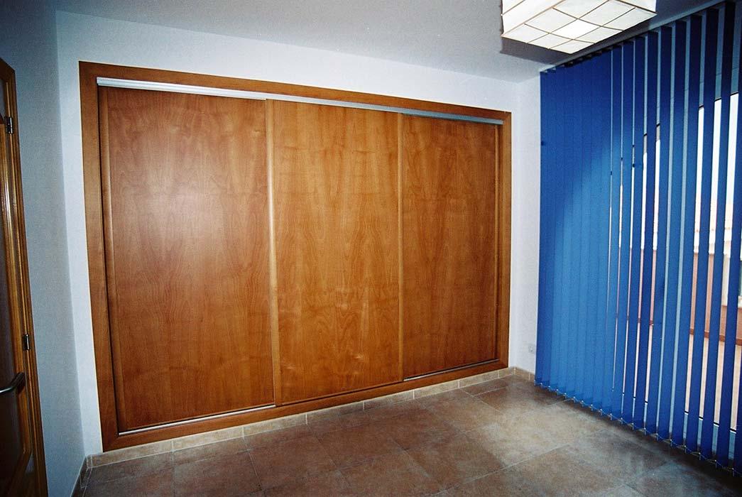 armario de tres puertas correderas realizado en madera