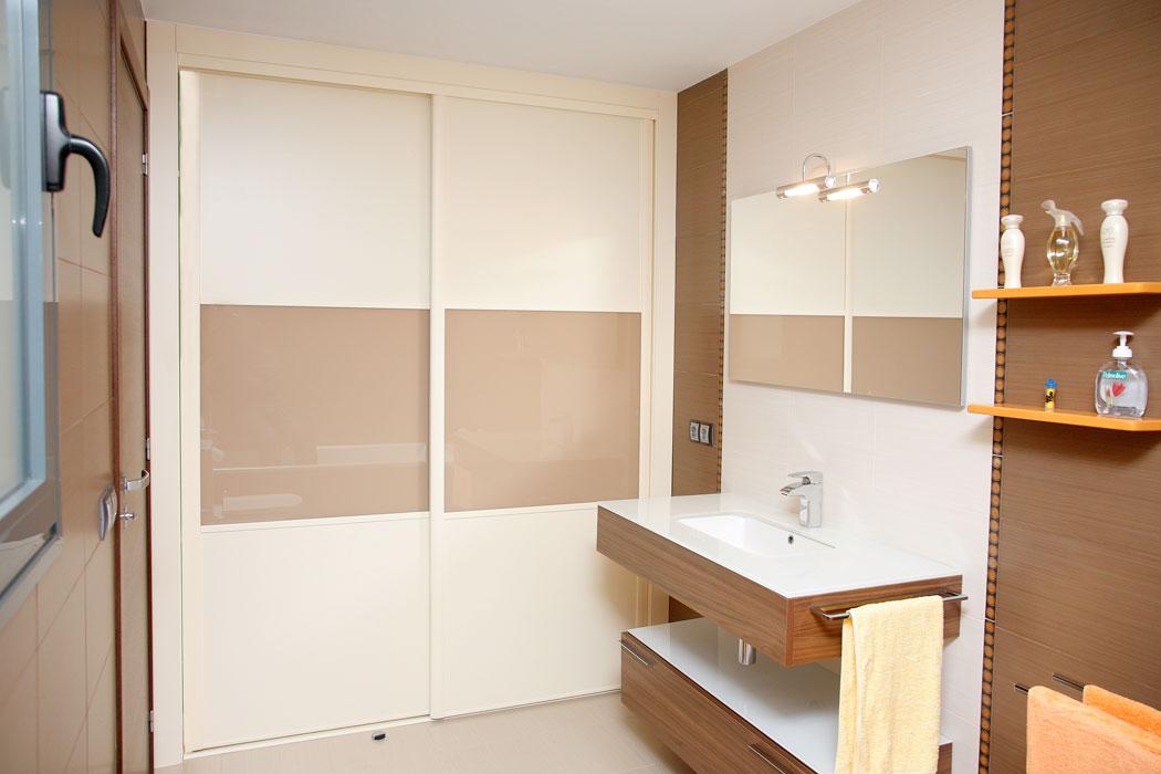 Armarios de dos puertas correderas perfect armario de for Armario blanco ikea dos puertas