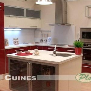 Cocina de color rojo con sobre en blanco
